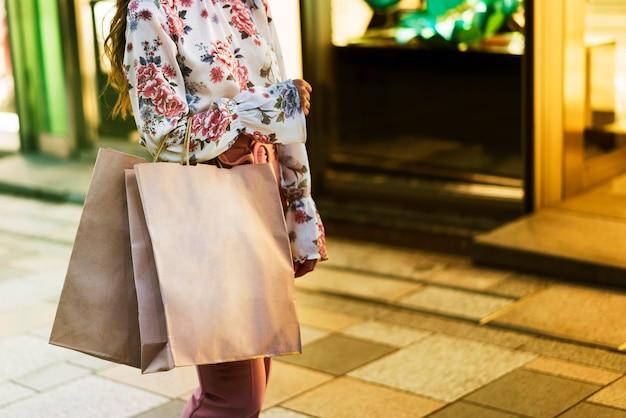 Chica japonesa en tokio con espacio de copia
