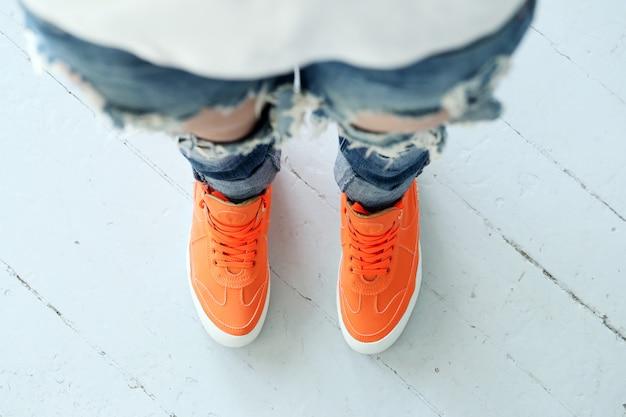 Chica en jeans rotos