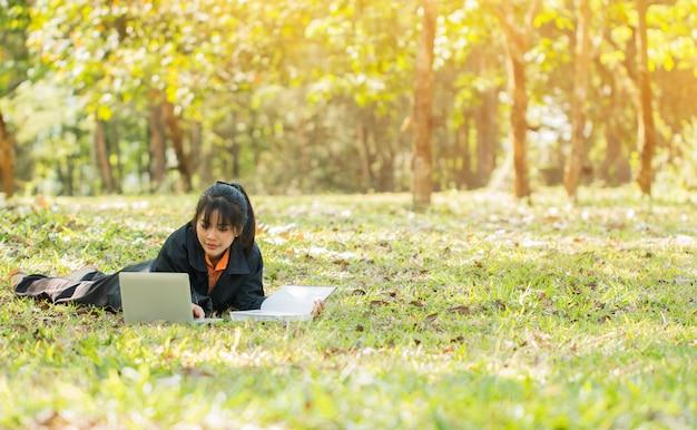 Chica joven asiática feliz atractiva que pone intención