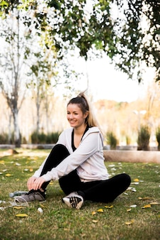 Chica joven atando sus zapatillas de deporte