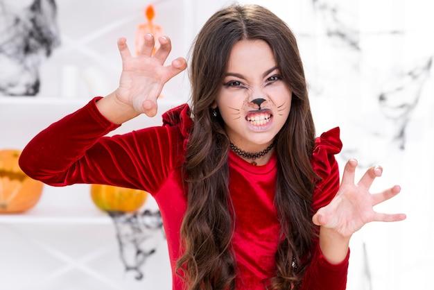 Chica joven aterradora posando para halloween