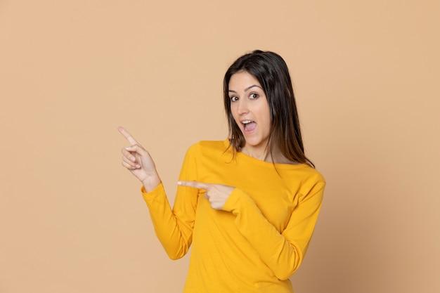 Chica joven atractiva con una camiseta amarilla