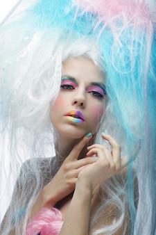 Chica joven atractiva con maquillaje colorido brillante