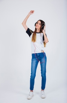 Chica joven bailando su canción favorita