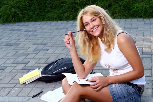 Chica joven y bella estudiante