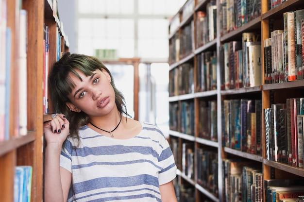 Chica joven en biblioteca