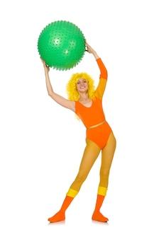 Chica joven con la bola suiza aislada en blanco