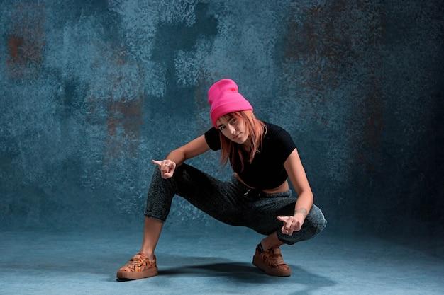 Chica joven break dance en azul.