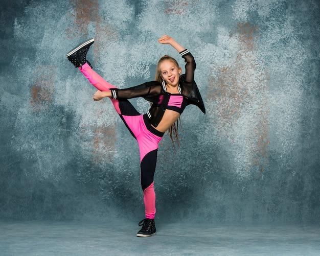 Chica joven break dance en la pared