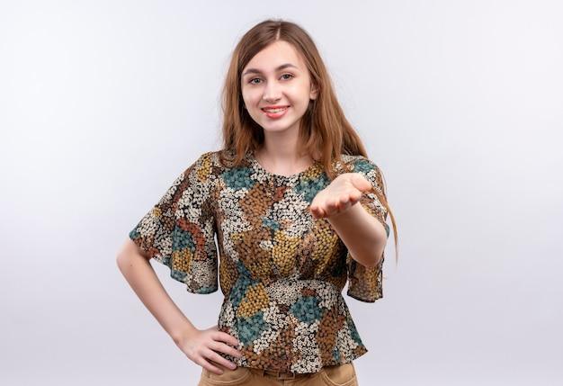 Chica joven con cabello largo vistiendo coloridos vestidos de contacto con alguien que parece seguro sonriendo