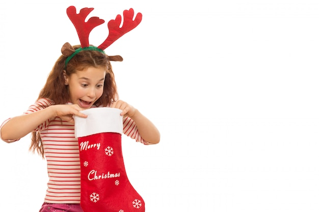 Chica joven con un calcetín de navidad