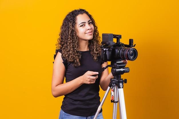 Chica joven con una cámara cinematográfica. director de cine