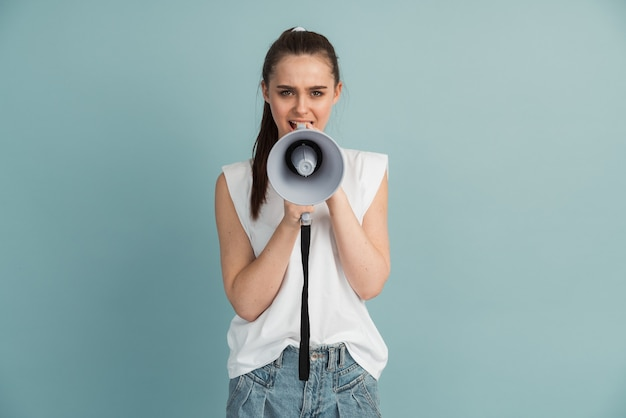Chica joven en camiseta blanca aislada