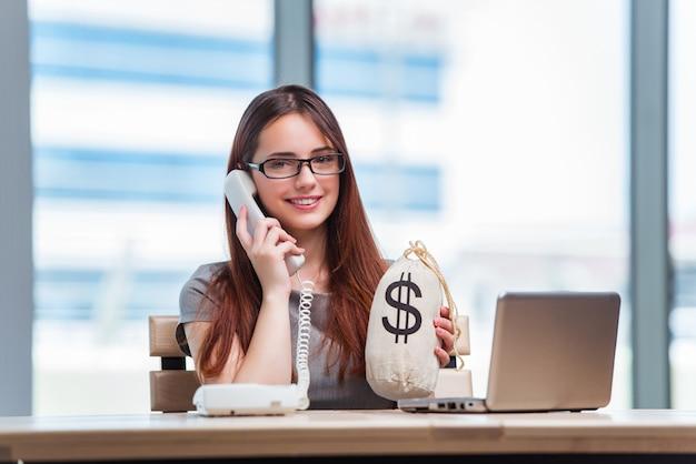 Chica joven en concepto de negocio en línea