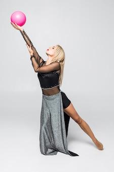 Chica joven se dedica a la gimnasia artística con balón aislado
