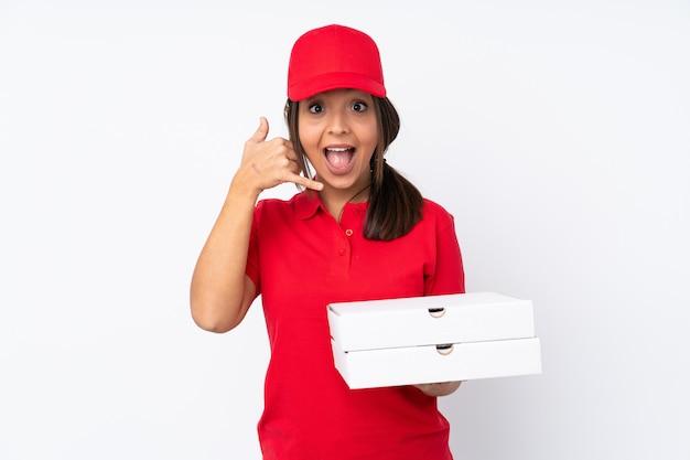 Chica joven de entrega de pizza sobre blanco haciendo gesto de teléfono. llámame señal de vuelta