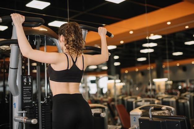 Chica joven entrenando en el gimnasio