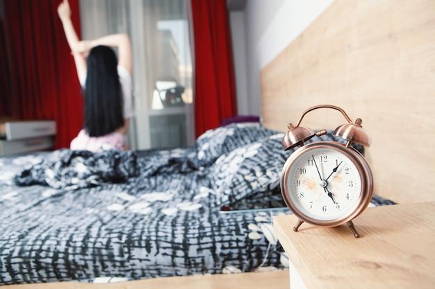 Chica joven de estilo de vida fácil despertarse por la mañana