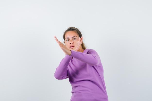 Chica joven expresiva posando en el estudio Foto gratis