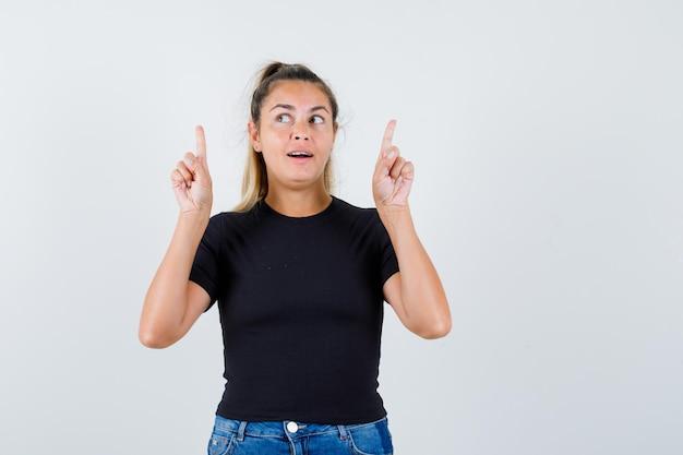 Chica joven expresiva posando en el estudio
