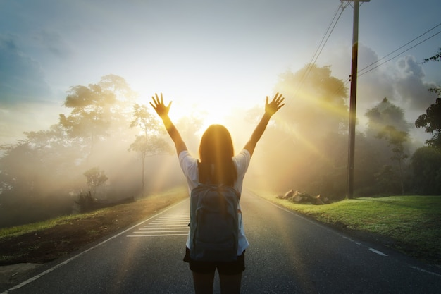 Chica joven feliz disfrutar de mochilero. renueva y energiza tu vida.