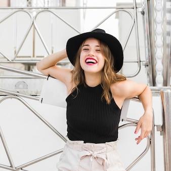 Chica joven feliz en el parque de atracciones