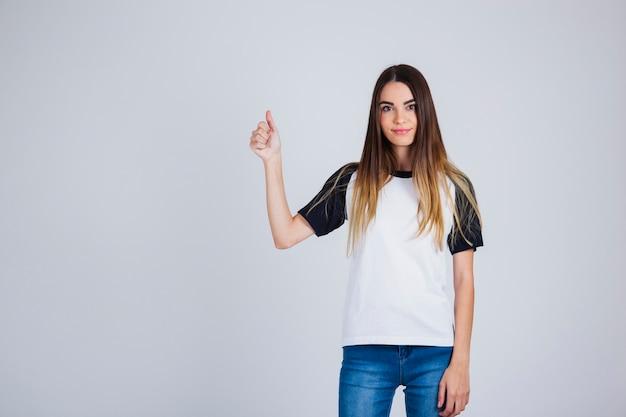 Chica joven con gesto de ok