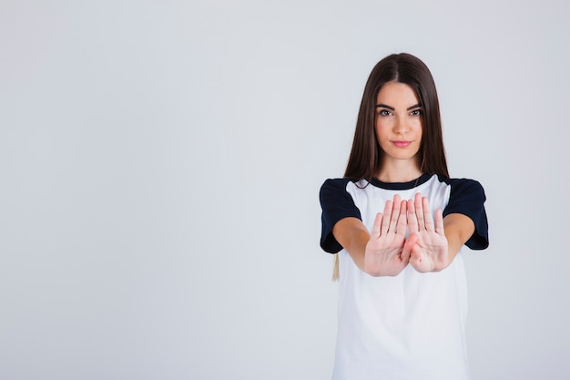 Chica joven con gesto de parar