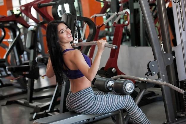 Chica joven en el gimnasio trabajando
