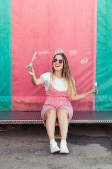 Chica joven guapa posando feliz