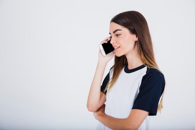 Chica joven hablando por teléfono