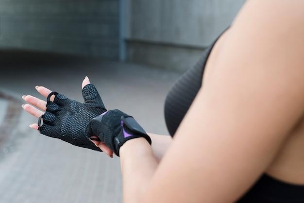 Chica joven haciendo ejercicio en la calle