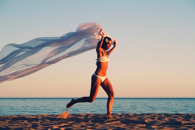 Chica joven hermosa con un bikini blanco