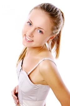 Chica joven y hermosa en el blanco