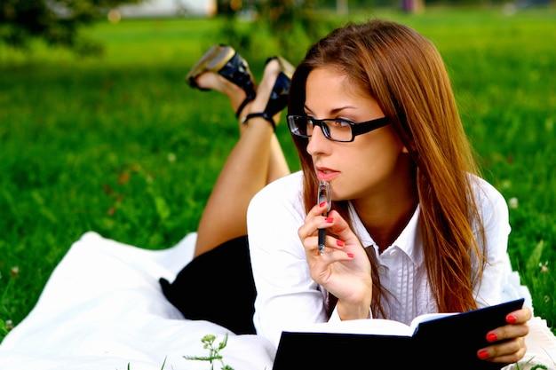 Chica joven y hermosa haciendo trabajo a domicilio