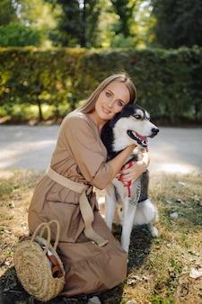 Chica joven y husky