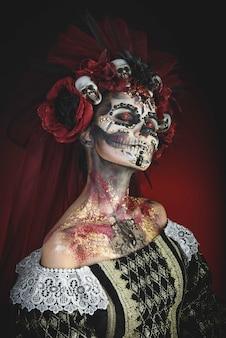Chica joven en la imagen de santa muerte.