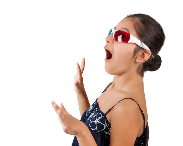 Chica joven con lentes tridimensionales