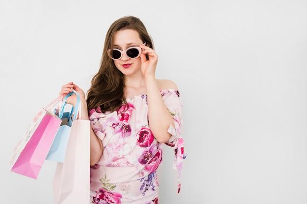 Chica joven llevando bolsas de compra