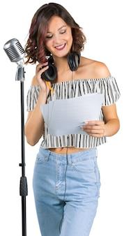 Chica joven con micrófono canta