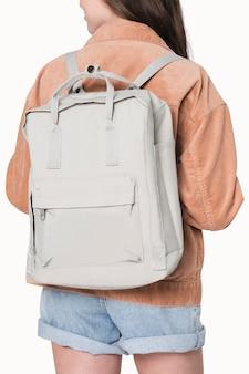 Chica joven con mochila de estudiante gris