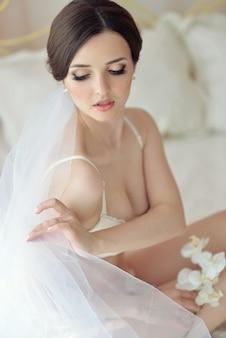 Chica joven modelo femenino atractivo antes de la boda