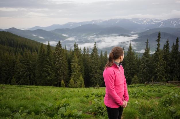 Chica joven en las montañas de los cárpatos