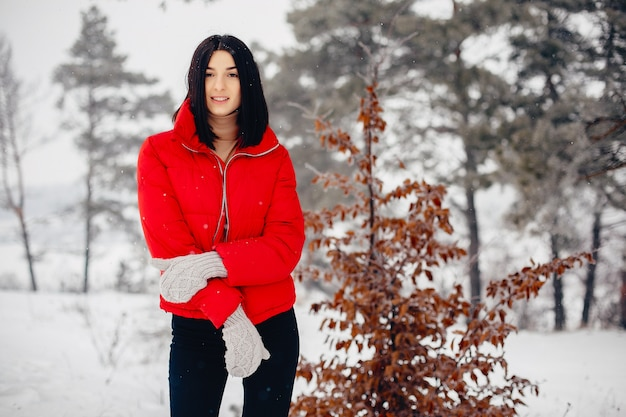 Chica joven en un parque de invierno