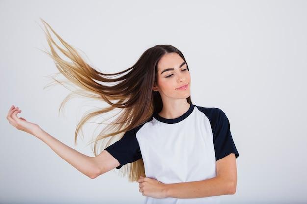 Chica joven con pelo liso