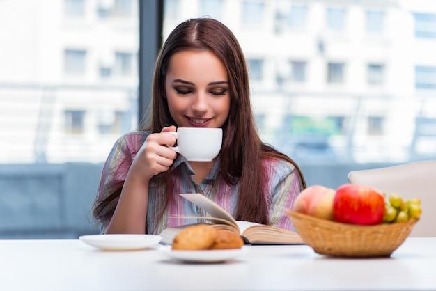 Chica joven que desayuna en la mañana