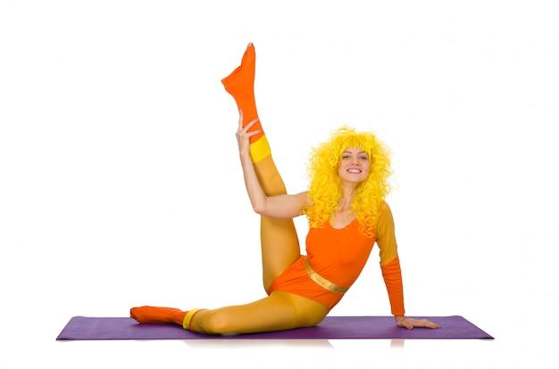 Chica joven que hace ejercicios en blanco