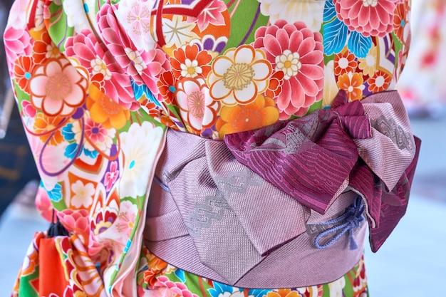 Chica joven que lleva puesto kimono japonés