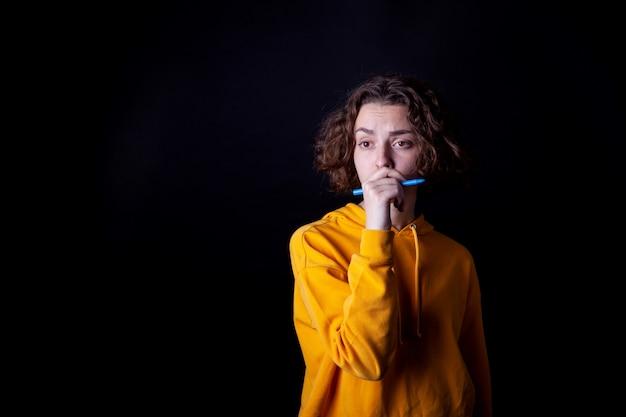 Chica joven que presenta en el estudio
