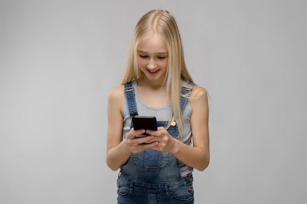 Chica joven que presenta teléfono